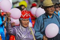 Ein älteres Paar in traditioneller Deel-Kleidung am Festival der mongolischen Nationaltracht