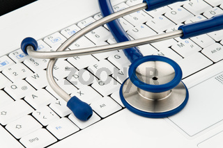 Stethoskop auf Laptop. Daten Sicherheit im Internet.