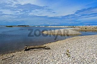 Kieselsteinbänke an einer Flussmündung, Fluss Spey, Spey Bay, Schottland, Grossbritannien