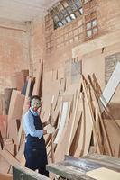 Schreiner arbeitet mit Holz