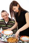 Junges Paar beim Essen