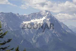Die Zugspitze über Garmisch-Partenkirchen - Bergwelt und ländliche Idylle in den bayrischen Alpen.