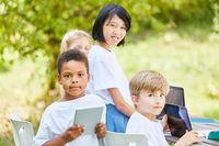 Multikulturelle Gruppe Schüler im Computerkurs
