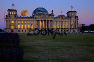 Vollmond über dem Reichstag in Berlin