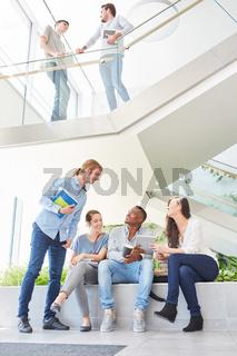 Studenten oder Schüler beim Smalltalk