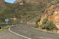 Scharfe Kurve bei Straße im Gebirge von Gran Canaria