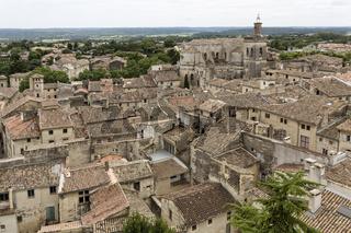 Über den Ziegeldächern der Kleinstadt Uzes in Südfrankreich