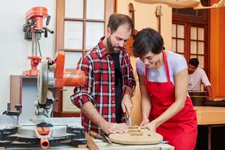 Frau als Azubi lernt die Holzverarbeitung