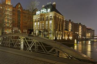 Hamburger Speicherstadt mit der Holländischen Brookfleet-Brücke bei Nacht, Hamburg, Deutschland