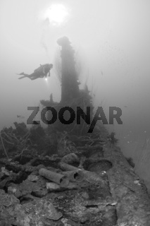 Taucher ueber Munition bei Turm des U-Bootes USS Apogon