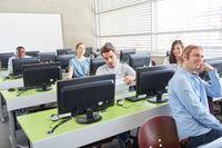 Studenten und Schüler im Computerkurs