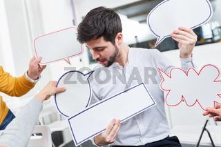 Mann im kreativen Workshop mit Sprechblasen