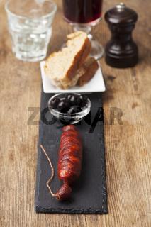 spanische Chorizo-Wurst auf schwarzem Schiefer