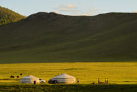 Jurten einer Nomadenfamilie bei Sonnenuntergang