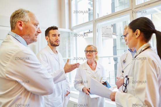 Gruppe Ärzte bei der Diskussion