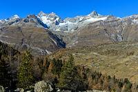 Blick über den Weiler Findeln auf die Zermatter Bergwelt: v.l.n.r. Dent Blanche