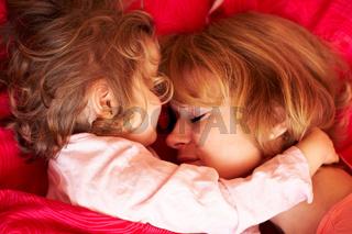 Mutter und Tochter schlafen