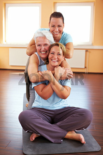Lachende Freundinnen im Fitnesscenter