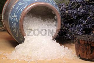 Badesalz in einem Keramikgefäß