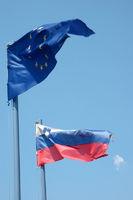 Flaggen der EU und Slowenien