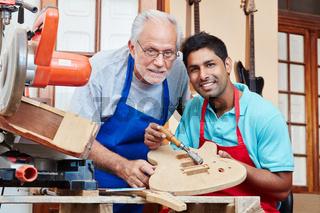 Multikultureller Lehrling und alter Meister