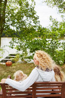 Mutter mit zwei Kindern am See