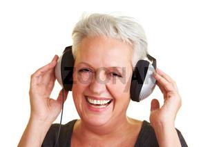 Seniorin hört Musik