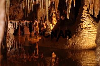 Tropfsteinhöhle mit See