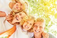 Familie und Kinder lachen glücklich im Sommer