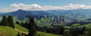 Ausblick vom Mittagberg auf Sonthofen und die Allgäuer Alpen