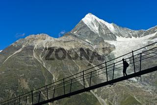 Wanderer vor dem Weisshorn Gipfel auf der Charles Kuonen Hängebrücke, Randa, Wallis, Schweiz