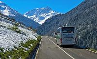 Reisecar auf der Zufahrtsstrasse Grosser Sankt Bernhard Pass