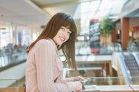 Frau macht online Shopping mit Tablet Computer