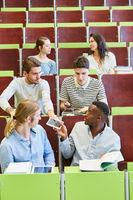 Gruppe Studenten ist unkonzentriert