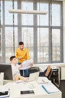 Architekt und Berater schauen auf Bauzeichnung