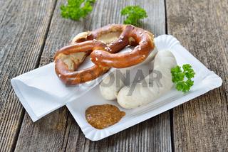 Kleine Brotzeit mit Weißwürsten und Brezel
