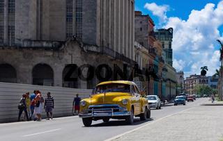 Amerikanischer gelber Oldtimer in der Altstadt von Havanna Kuba
