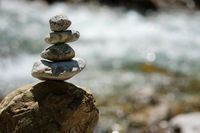 Steine auf einem Haufen an der Trettach im Allgäu