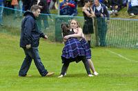 Zwei Mädchen beim Schottischen Ringkampf