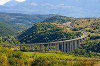 Gran Sasso Autobahn in den Abruzzen - Gran Sasso freeway in Abruzzo, Italy
