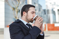 Business Mann genießt einen Becher Kaffee