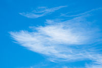 Zirruswolken am blauen Himmel
