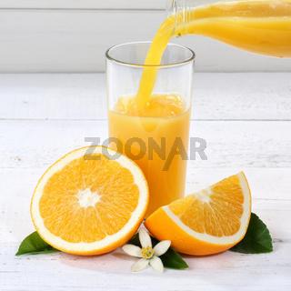 Orangensaft einschenken eingießen eingiessen Orangen Saft Quadrat Flasche Orange Fruchtsaft