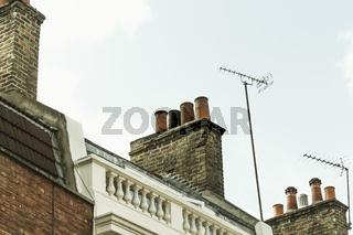Schornsteine über den Dächern von London.