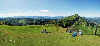 Wanderpause mit Ausblick auf den Hochgrat und die Alpenkette