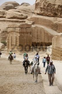 Die Bab as Siq Strasse mit dem Obelisk Tomb und dem Bab as Siq Triclinium auf den ersten 500 meter nach dem Eingang der in der Historischen Felsstadt Petra im Sueden von Jordanien