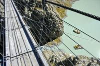 Blick von Hängeseilbrücke Triftbrücke auf den Triftsee