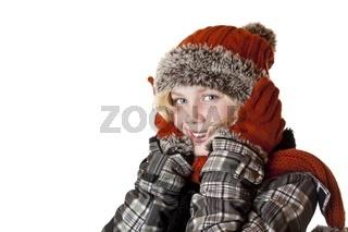 Junges blondes Mädchen mit Wintermütze und Jacke