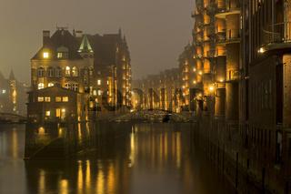Wasserschloss Fleetschlösschen bei Nacht, zwischen Holländischbrookfleet und Wandrahmsfleet, Speicherstadt, Hamburg, Deutschland