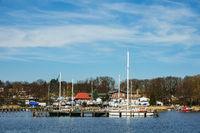 Blick über die Warnow auf eine Marina in Rostock